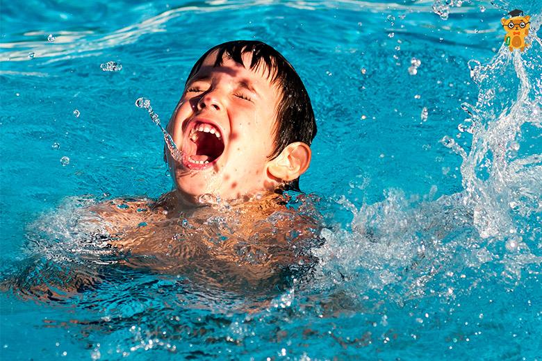 Что делать, если ребенок наглотался воды? - Learning.ua