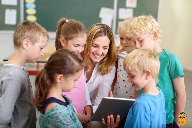 Вчителька робить завдання на Ipad разом з класом