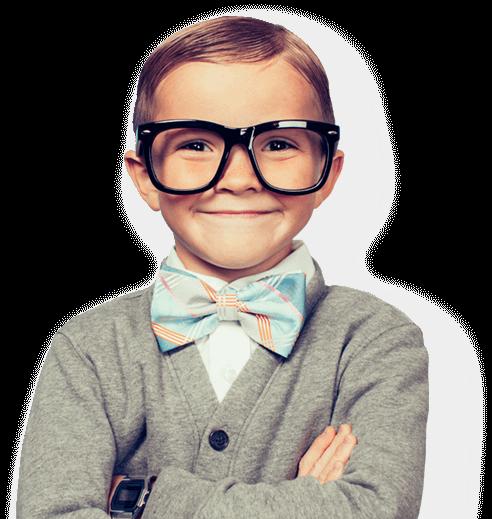 Довольный мальчик в очках